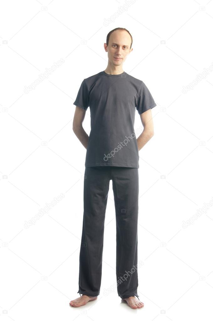 Hombre alto y delgado con manos a la espalda — Fotos de Stock