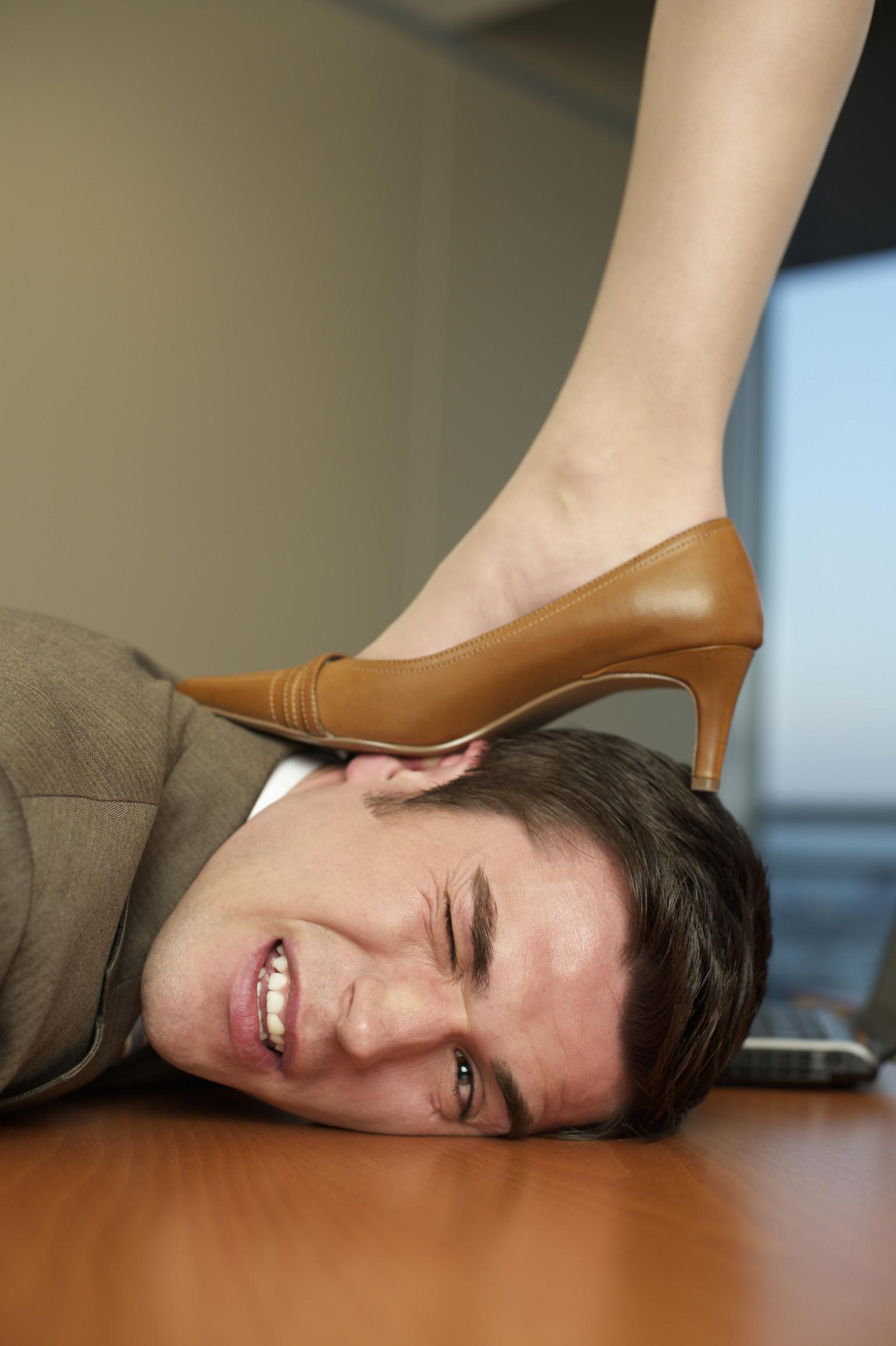 видео целовать обувь женщинам държава