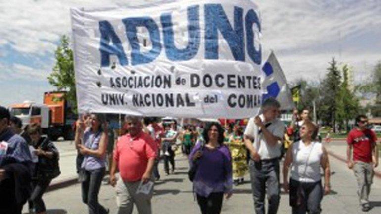 La Asociación Docentes Universidad Nacional del Comahue (ADUNC) anunció un  cese de actividades para el 4, 5 y 6 de abril en reclamo por mejoras  salariales,