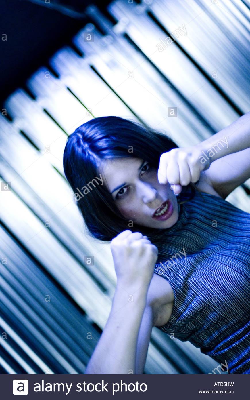Atractiva mujer battlesome en una cueva Imagen De Stock