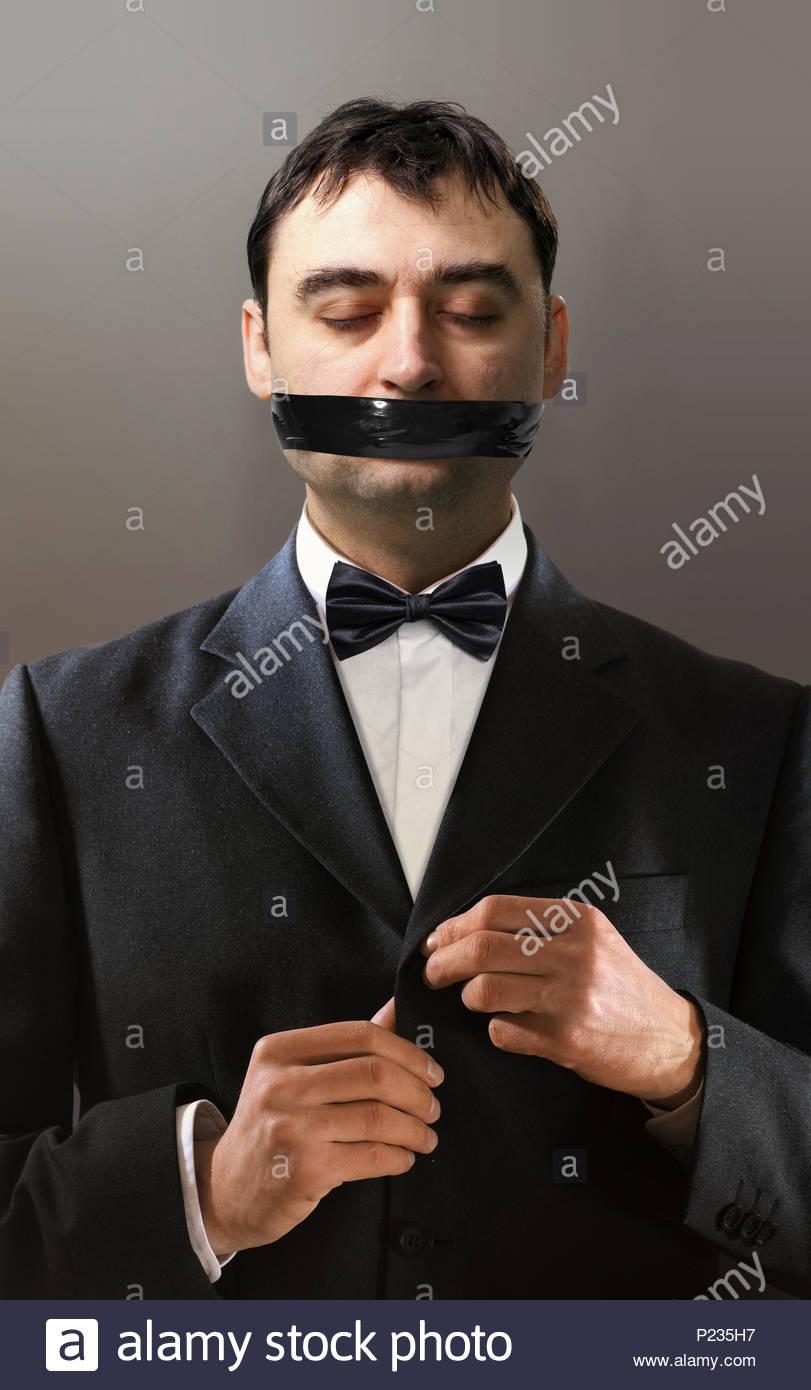 Battlesome hombre que en un esmoquin negro de broches de un botón de la  chaqueta