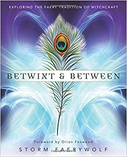 Betwixt and Between: Exploring the Faery Tradition of Witchcraft:  Amazon.es: Storm Faerywolf: Libros en idiomas extranjeros