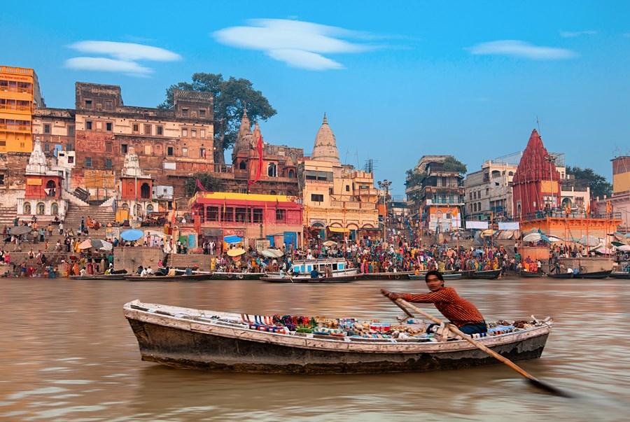 Visitar la ciudad sagrada de Benarés es uno de los momentos más especiales  de un viaje a la India. No en vano, Benarés o Varanasi, como se le conoce  en