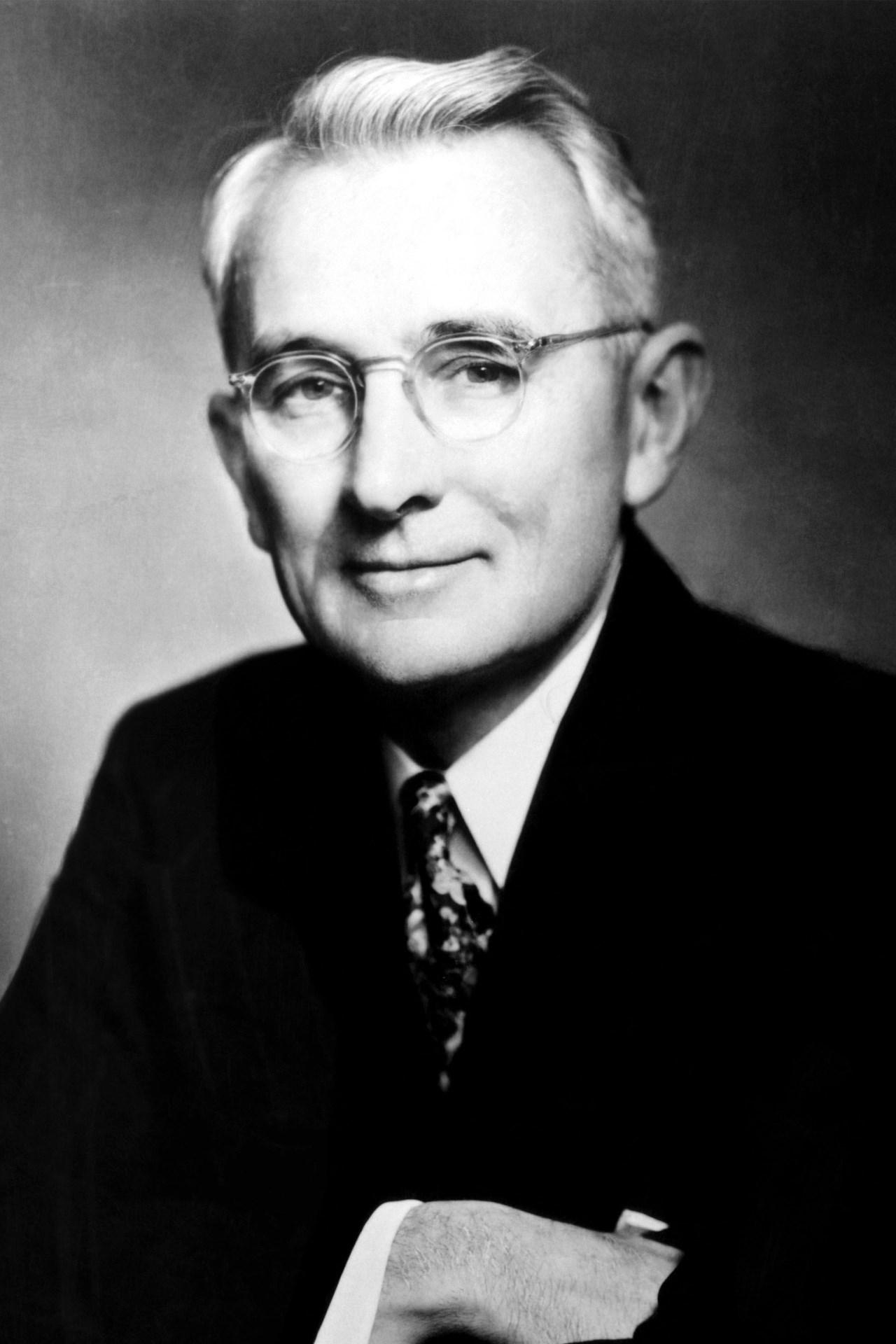 Dale Carnegie (seudónimo de Dale Breckenridge Carnegie, 24 de noviembre de  1888 – 1 de noviembre de 1955) fue un empresario y escritor estadounidense  de