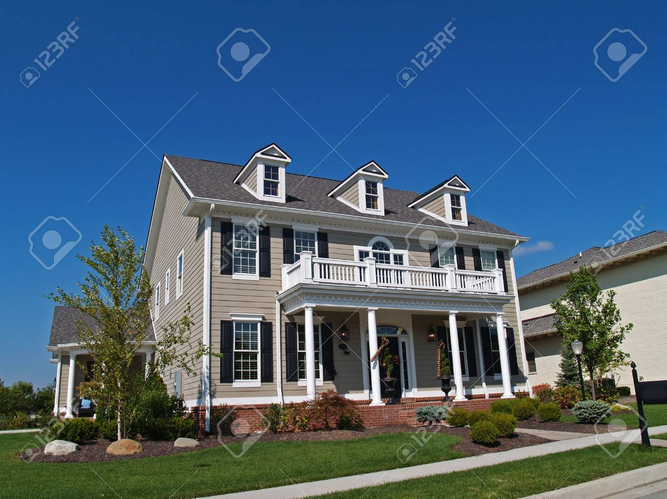 Foto de archivo - Nueva de dos pisos casa grande moreno diseña para parecer  una casa histórica.