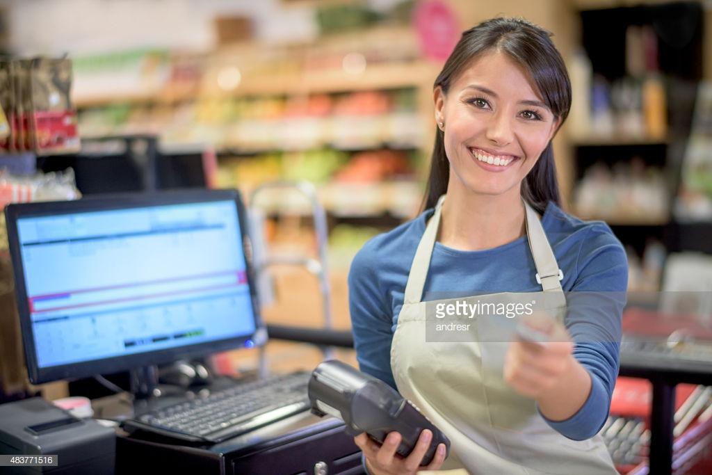 Cajero en el supermercado obtener una tarjeta de pago