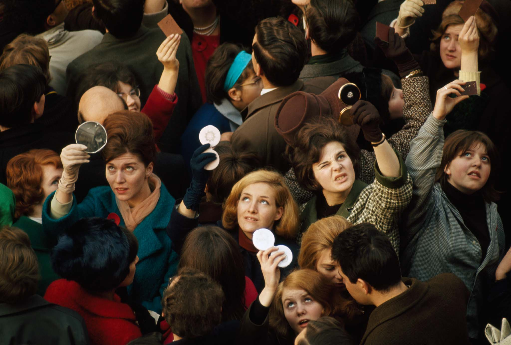 Women use compact mirrors in a packed crowd to catch sight of the queen in  London, 1966 - [2048x1382]