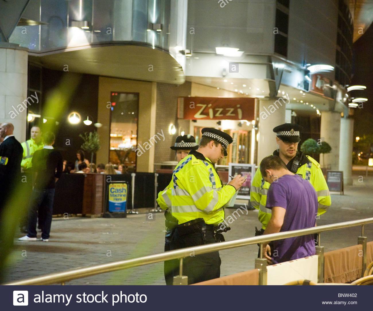 Un hombre es amonestado por embriaguez y desordenada fuera un bar en Gran  Bretaña Imagen De