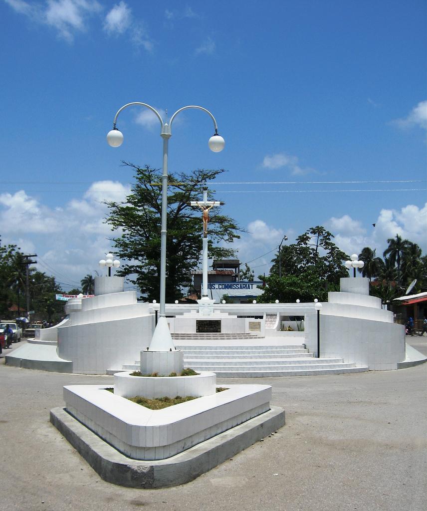 File:Monument Les Cayes Haiti.jpg