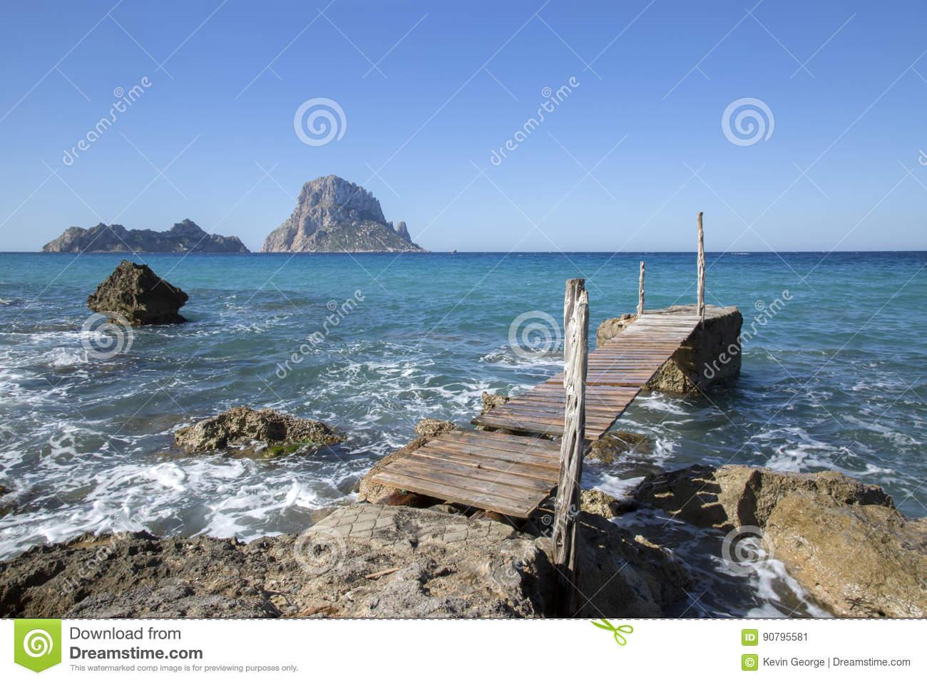 Embarcadero en la ensenada y la playa de Hort; Ibiza