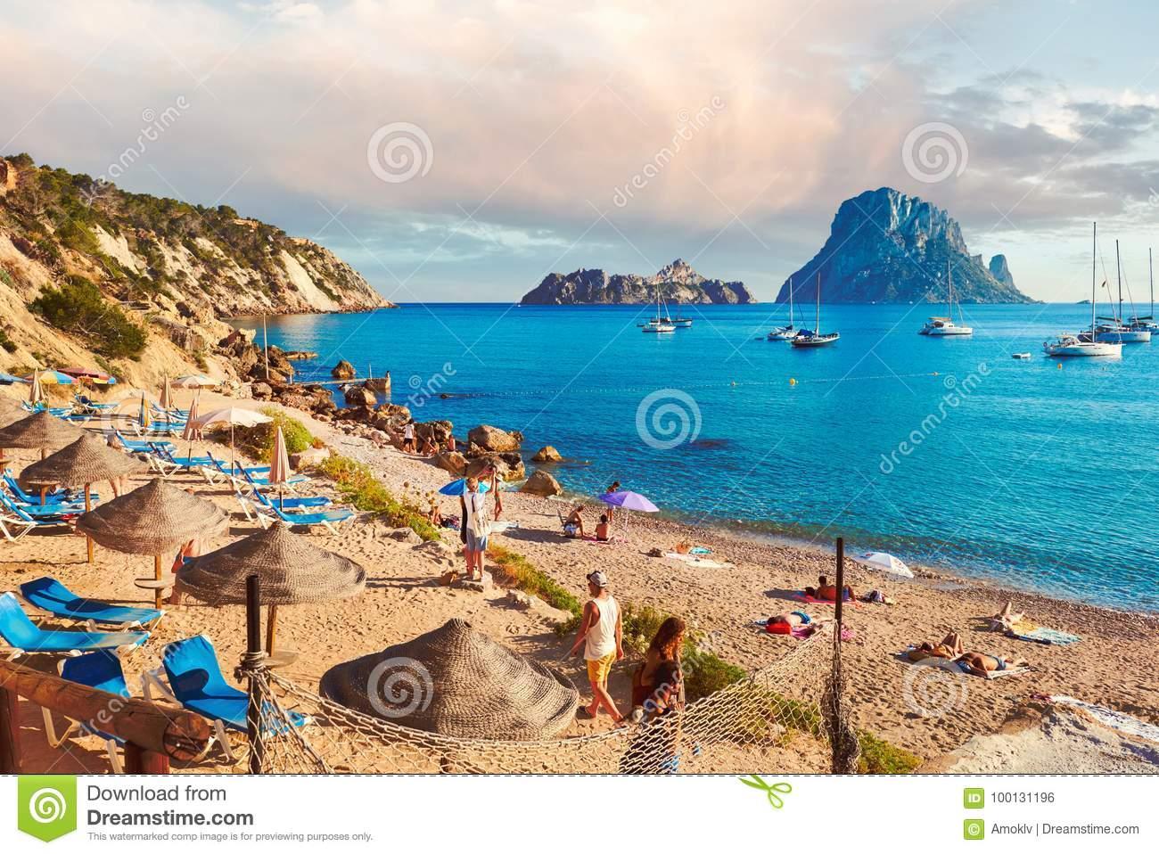 Gente que disfruta del verano en la playa de Hort del ` de Cala d españa