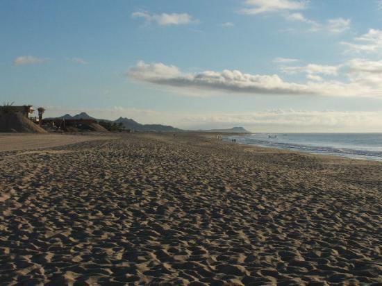 Royal Solaris Los Cabos: Down the beach eastwardly.