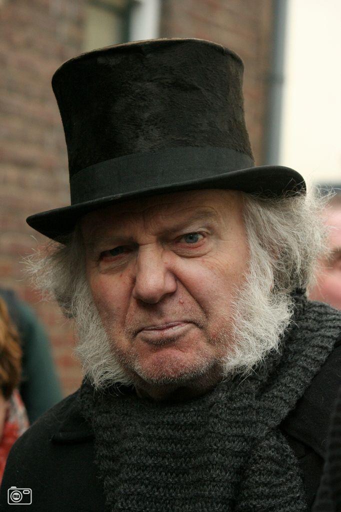Ebenezer Scrooge | Ebenezer Scrooge tijdens Dickens Festijn in Deventer  foto 320690 .