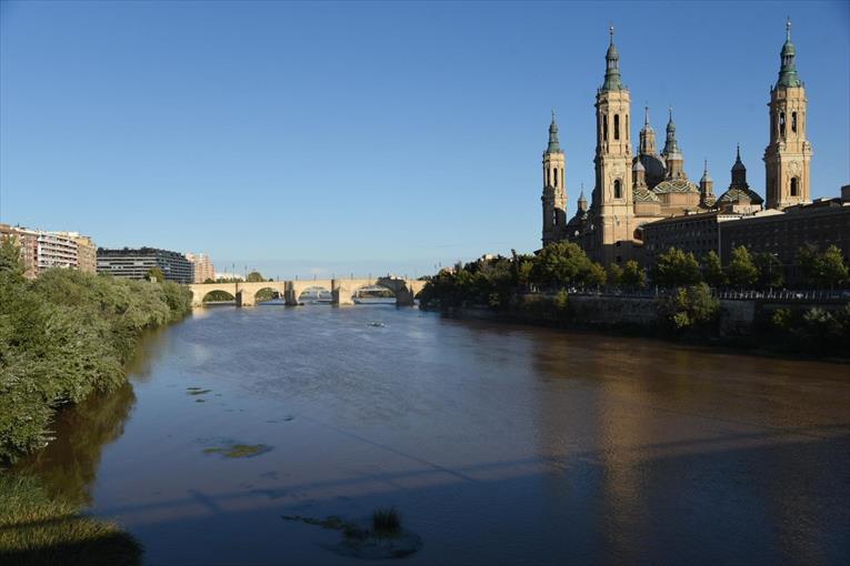 Vista del Río Ebro a su paso por la ciudad de Zaragoza, ayer. - ÁNGEL DE  CASTRO