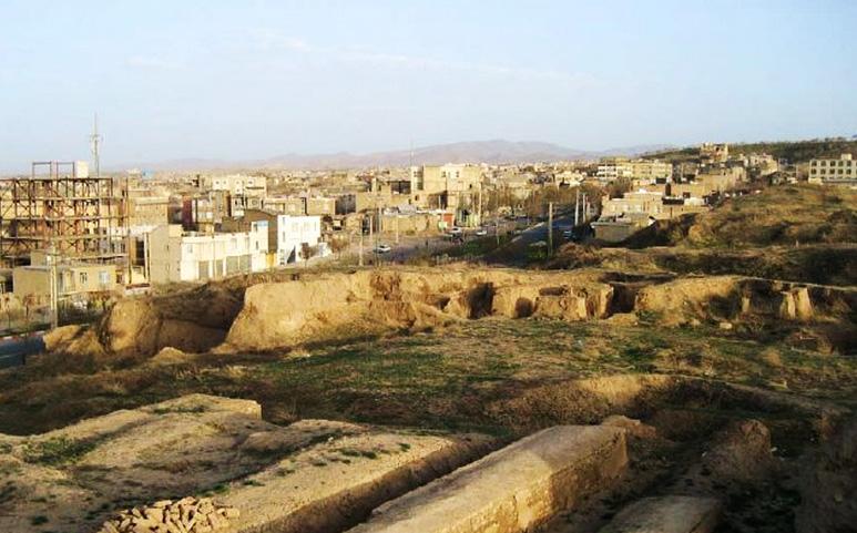 arriba: Excavaciones en Ecbatana.