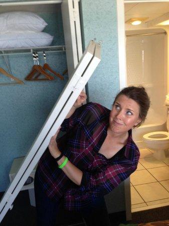 Beach Cove Resort: Closet Door falling :)