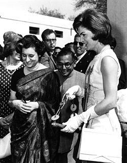 Jacqueline Kennedy e Indira Gandhi en Nueva Delhi, India (1962).