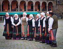 Músicos garbed en la ejecución de los trajes de período fotografía de  archivo