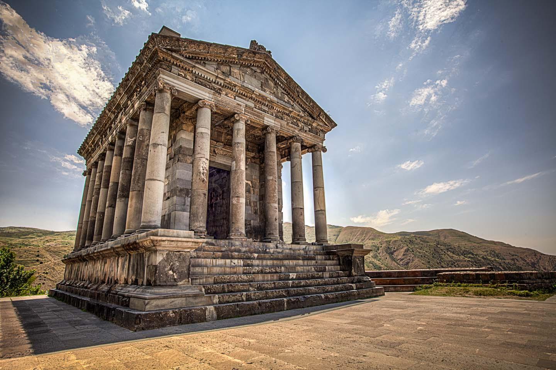 En un rocoso promontorio triangular elevado a 300m del río Azat están las  ruinas de la inexpugnable fortaleza de Garní, uno de los más antiguos  monumentos
