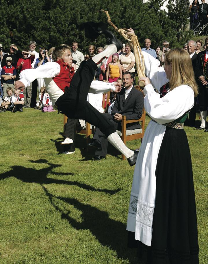 Halling. Hallingkast, rundkastet som er dansens høydepunkt. Bildet er  hentet fra papirleksikonet Store norske leksikon, utgitt 2005-2007.