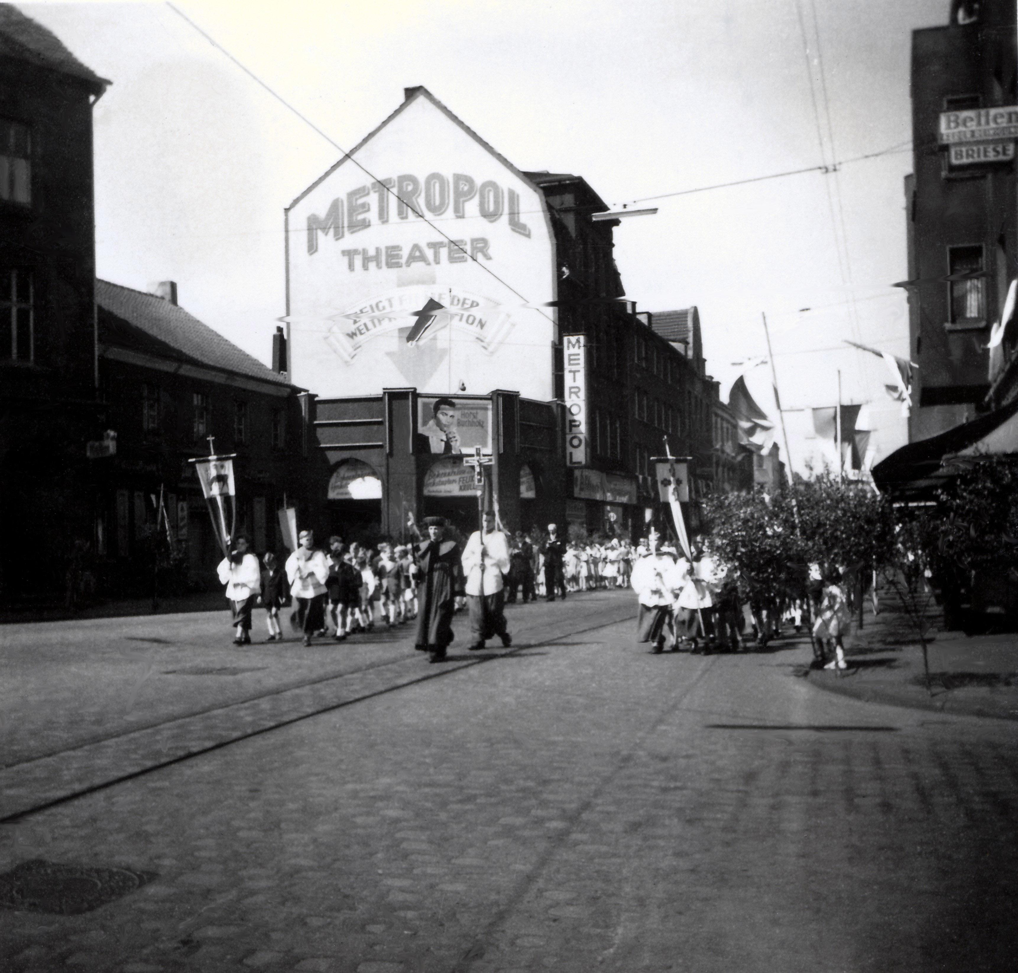 File:1957.06.20-Fronleichnamsprozession in Alt-Hamborn (Duisburg).jpg