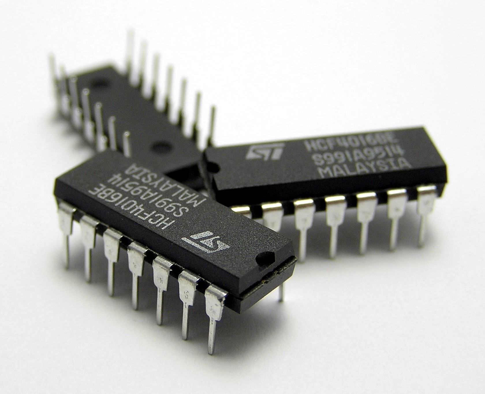 Archivo:Three IC circuit chips.JPG