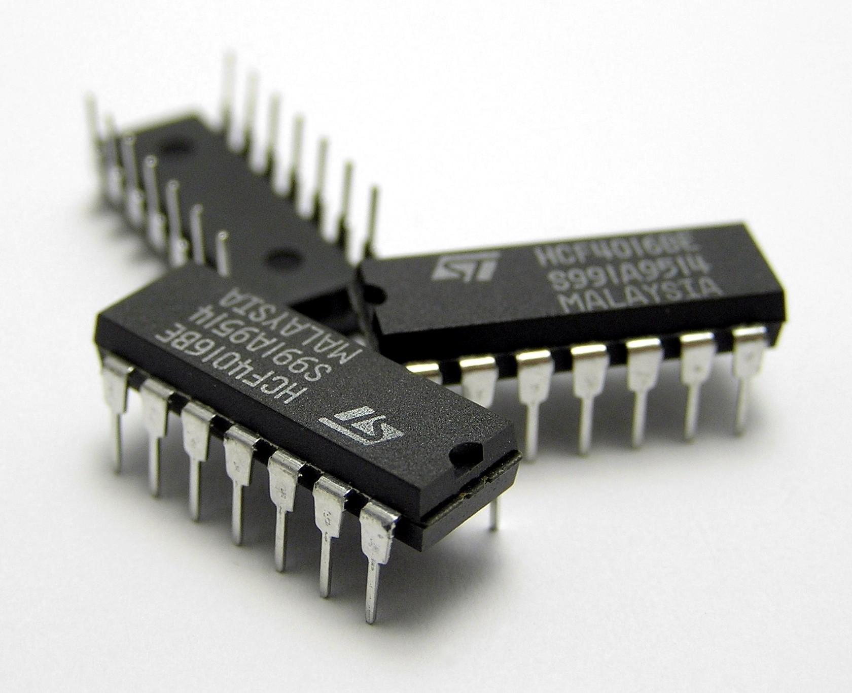 Archivo:Three IC circuit chips.JPG