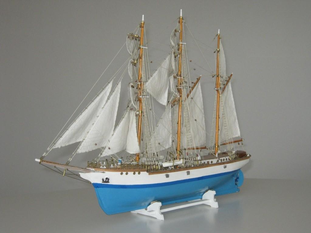 Hölzernes Standmodell im Maßstab 1:100, Länge 61 cm