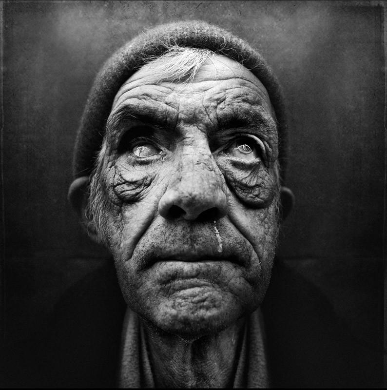 Lee Jeffries es un fotógrafo británico autodidacta que destaca por sus  fotos a vagabundos, que pretenden concienciar a la gente y incrementar las  donaciones