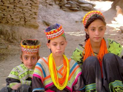 Totalmente diferenciados de las tribus vecinas, son de pigmentación blanca  como los occidentales, tienen rasgos fisionómicos de tipo europeo y los  ojos