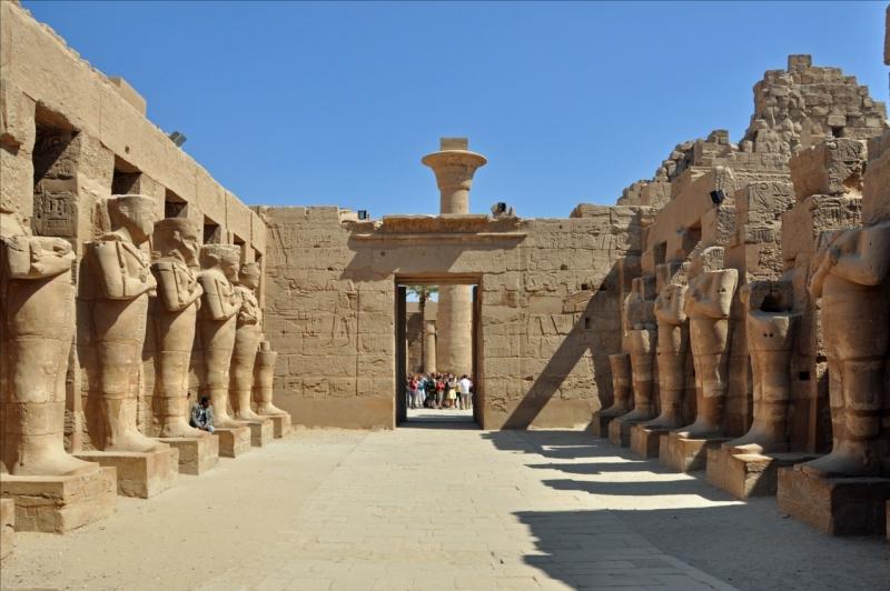 El trabajo se llevó a cabo en Karnak durante 2,000 años, comenzando en la  duodécima dinastía (alrededor de 2000 aC) del Reino Medio cuando se  estableció un