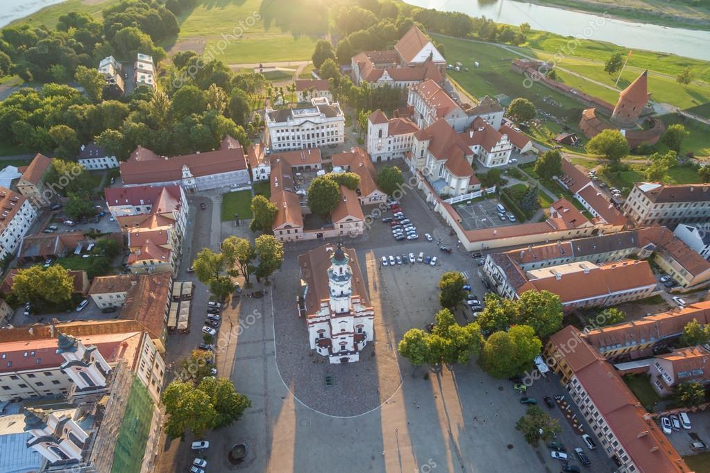 Atardecer de verano en el casco antiguo de Kaunas, Lituania — Fotos de Stock
