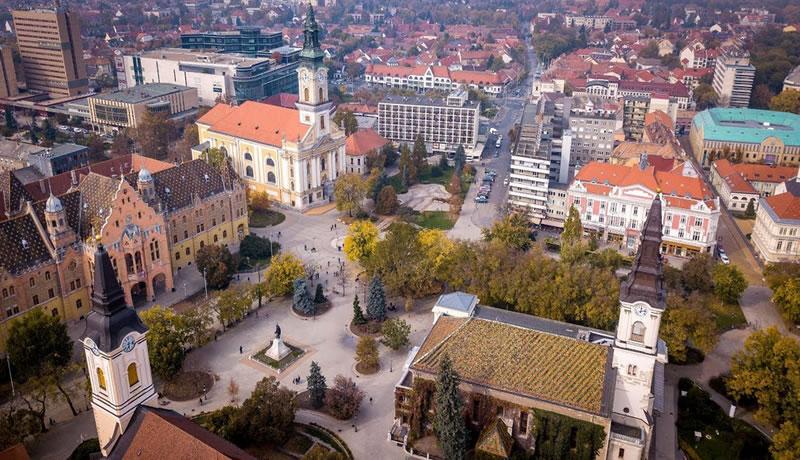 Ubicado en el centro del país, y en las Grandes Llanuras de Hungría, se  encuentra Kecskemét, una ciudad que personifica la vida en Hungría fuera  del agitado